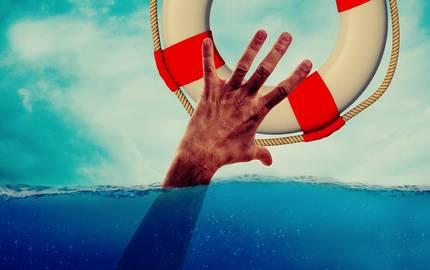 Ertrinkender fasst nach einem Rettungsring