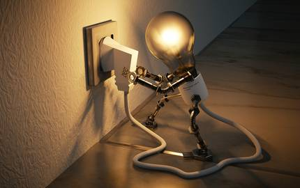 Glühbirne steckt eigenes Ladekabel in Steckdose
