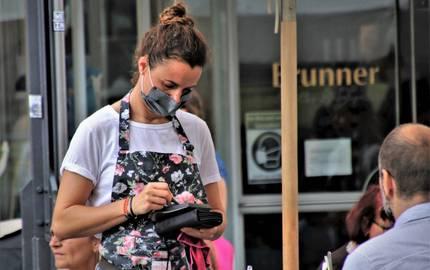 Kellnerin mit Mundschutz in der Außengastronomie