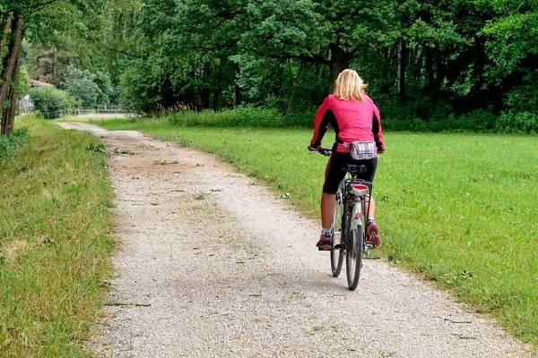 Fahrradfahrerin auf Waldweg  pixabay Antranias ©aNTRANIS_PIXABAY