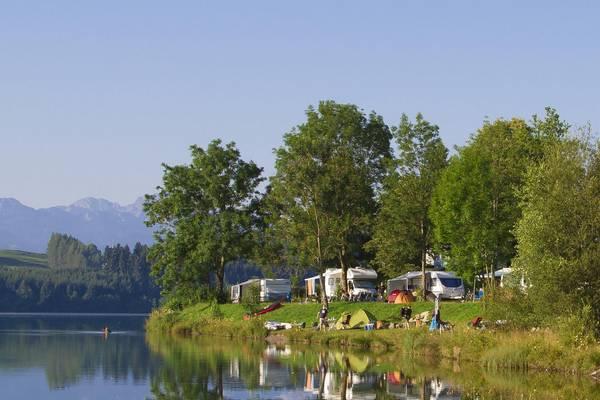 Campingautos beim Zelten am Bergsee
