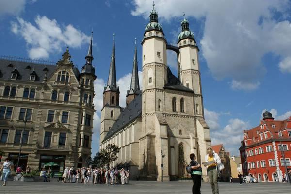 Marktkirche mit Touristengruppe